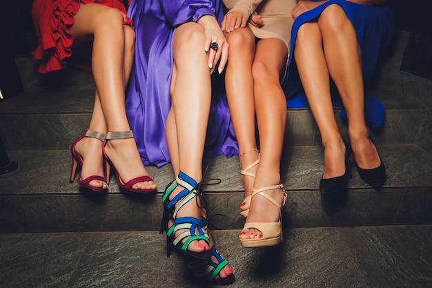 Крупным планом женские ноги в туфлях на высоких каблуках