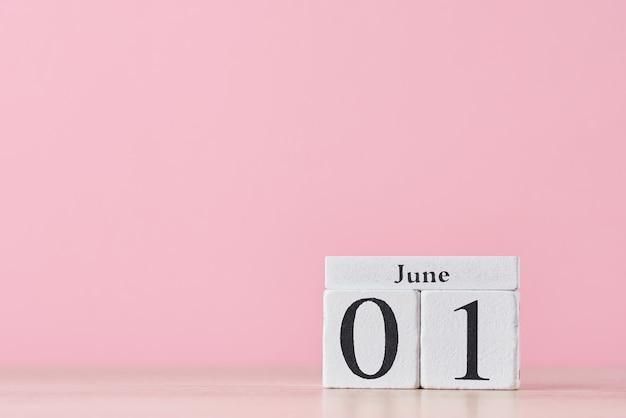 Крупным планом деревянный календарь