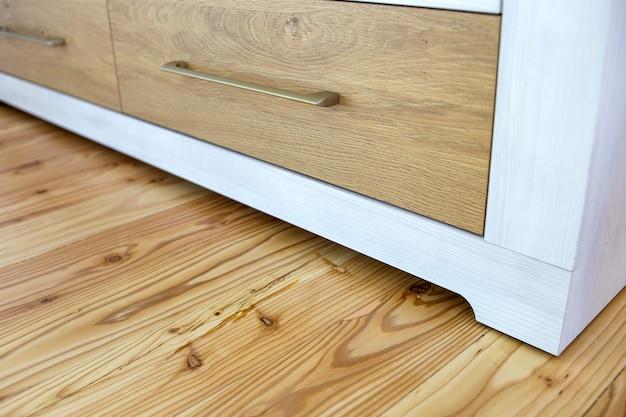 現代的な食器棚のキャビネットの木製の引き出しのクローズアップ。