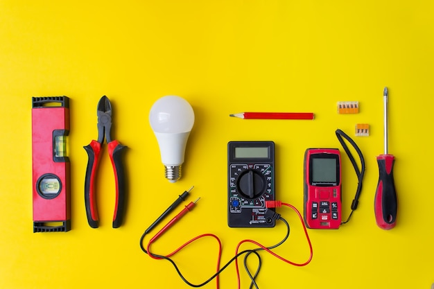 Закройте рабочие электрические инструменты и компоненты. набор профессионального электрика.
