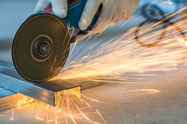 Крупным планом работника резки металла с измельчителем
