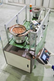 工場の労働者のクローズアップは、空調用の銅管ラジエーターを製造しています