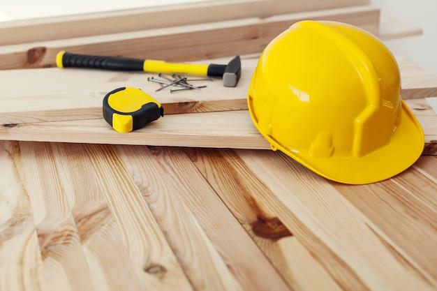 Крупным планом рабочее место для профессионального плотника
