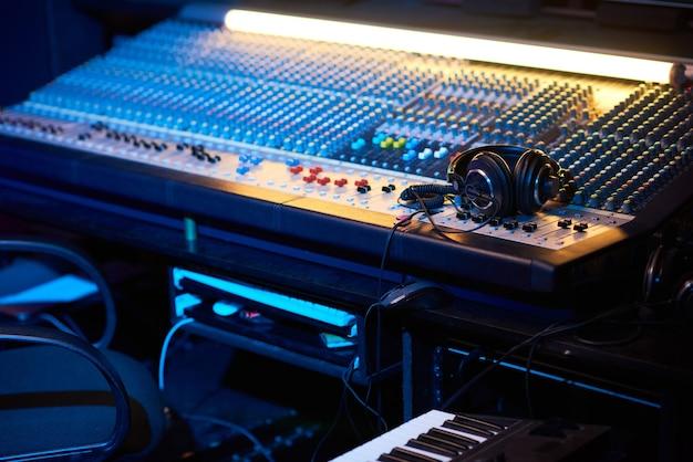 曲を書くための音楽キーボードを備えたプロデューサーの職場のクローズアップ