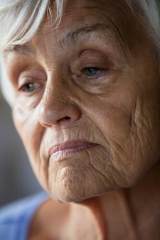 自宅で心配している年配の女性のクローズアップ