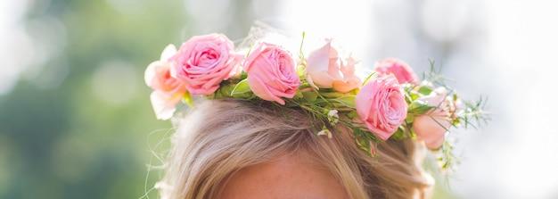 屋外の女性の頭に花輪のクローズアップ