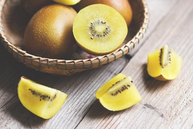 木製の黄色いキウイフルーツのクローズアップ