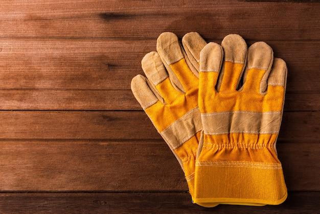 木製の黄色の安全保護手袋のクローズアップ