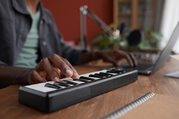 닫기 홈 녹음 스튜디오, 복사 공간에서 음악을 작곡하는 젊은 아프리카 계 미국인 남자의 닫습니다