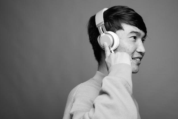 음악을 듣고 아시아 젊은이의 클로즈업