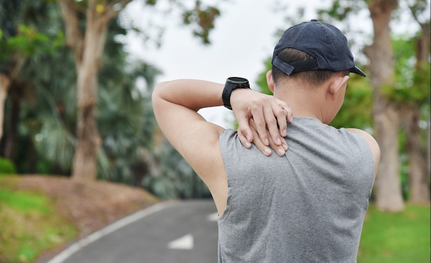 닫기 젊은 아시아 스포츠 남자의 최대 훈련이나 달리기 및 스포츠 부상 개념을 통해 야외 운동을하는 동안 근육과 관절에 통증이 있습니다