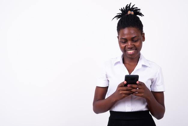 孤立した若い美しいアフリカの女性学生のクローズアップ