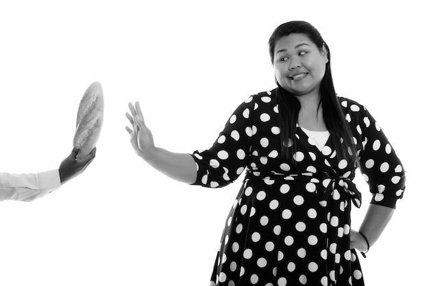 Крупным планом молодая красивая женщина азии с избыточным весом изолированы