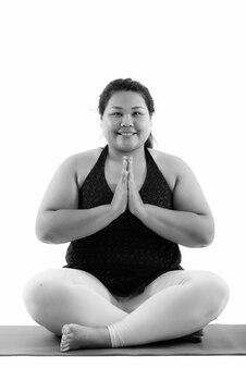 Крупным планом молодой красивой полной азиатской женщины, готовой к изолированному тренажерному залу
