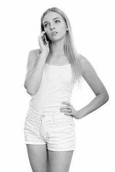 孤立したブロンドの髪を持つ若い美しい10代の女性のクローズアップ