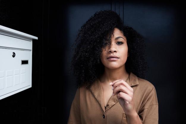 アフロの髪の若い黒人女性のクローズアップ