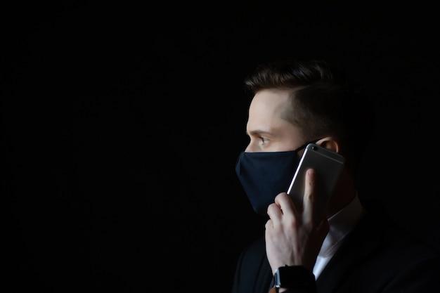 얼굴 보호 마스크를 착용하는 젊은 사업가의 클로즈업