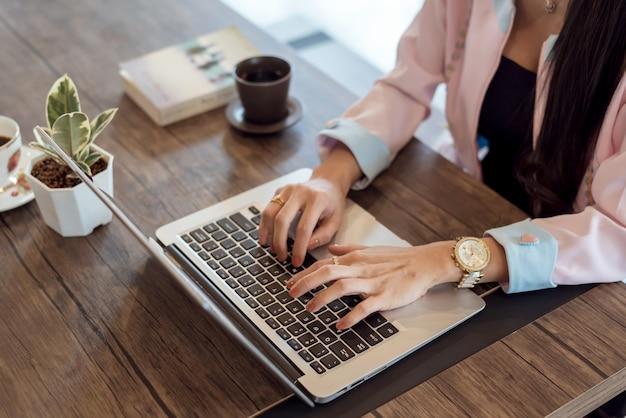 Крупным планом молодой предприниматель, работающих на ноутбуке