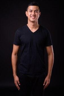 孤立した若いハンサムなアジア人男性のクローズアップ
