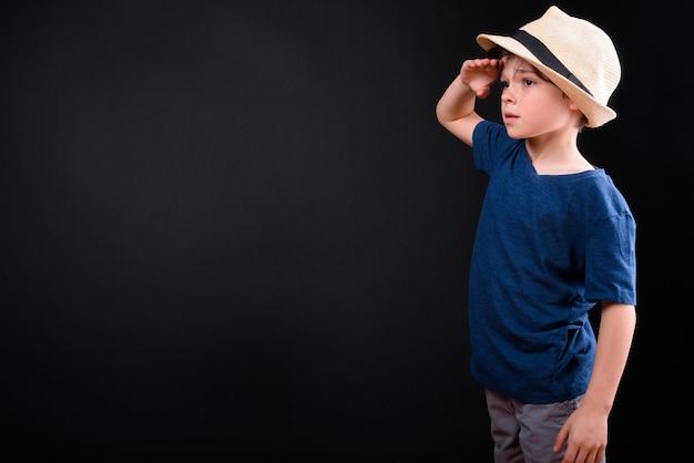 孤立した休暇の準備ができて観光客として若いハンサムな男の子のクローズアップ