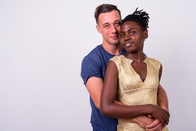 함께 젊은 잘 생긴 남자와 젊은 아프리카 여자의 닫고 고립 된 사랑에