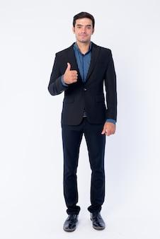Крупным планом молодой красивый персидский бизнесмен в изолированном костюме