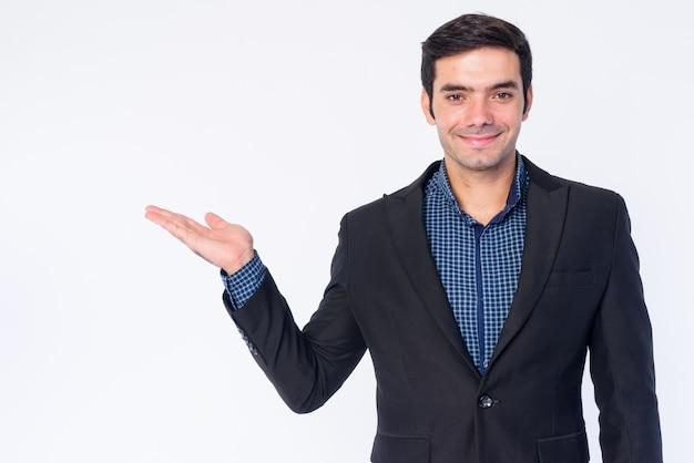 孤立したスーツの若いハンサムなペルシャの実業家のクローズアップ
