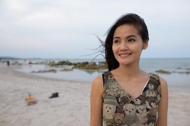 Крупным планом молодая счастливая красивая азиатская женщина улыбается