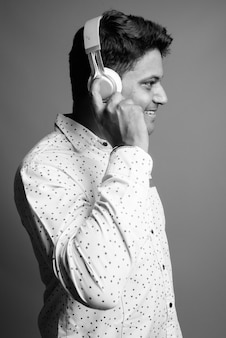 음악을 듣고 젊은 인도 사업가의 클로즈업