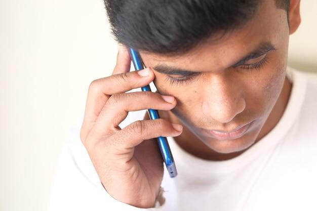 Крупным планом руки молодого человека с помощью смартфона