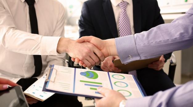 企業の将来を決定する重要なビジネスプロジェクトを与える若いマネージャーのクローズアップ。