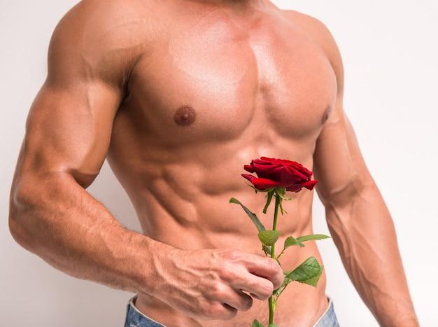 Крупным планом молодой мускулистый мужчина с совершенным торсом.