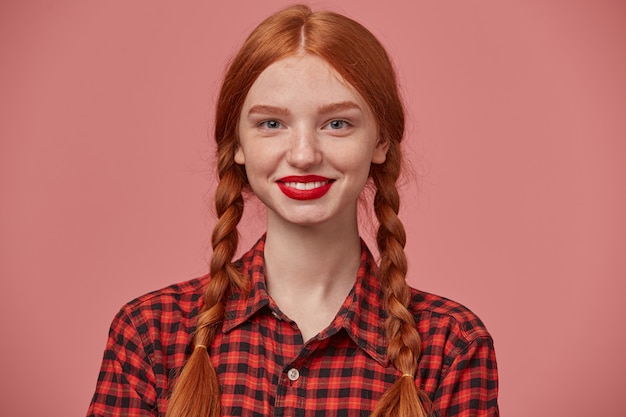 若いポジティブな生姜の女性のクローズアップは広く笑顔で、彼女の白い歯を世界に見せています。
