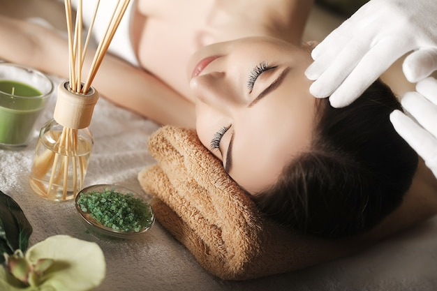 Крупный план молодой женщины, получающей спа-массаж в спа-салоне красоты
