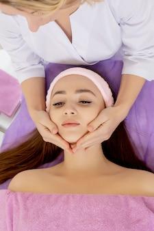 Крупный план молодой женщины, получающей спа-массаж