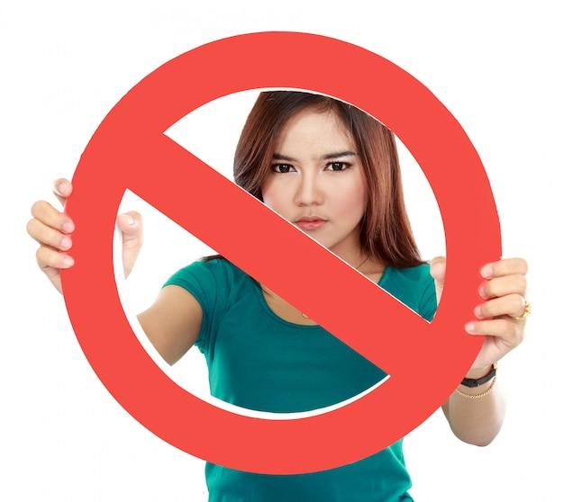 Крупным планом молодая женщина, держащая запрещено знак