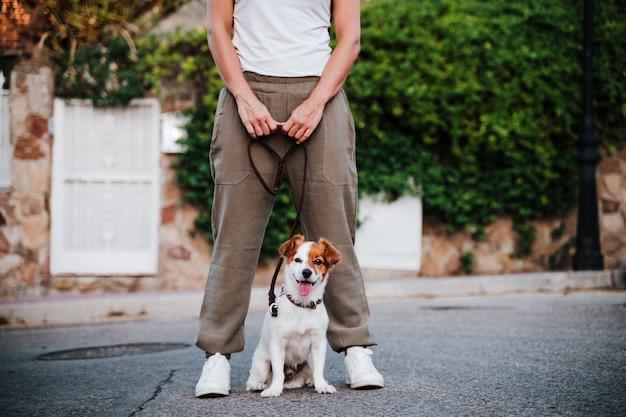 屋外の横にある犬と若い女性のクローズアップ