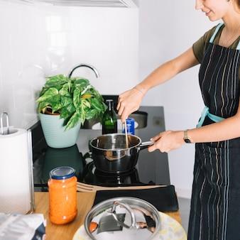 부엌에서 음식을 준비하는 젊은 여자의 근접 촬영
