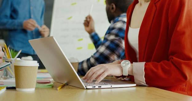 ノートパソコンのキーボードで入力する若い女性のクローズアップ。スタートアップ戦略コンセプト。