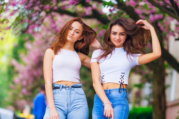 外の公園でポーズをとって若い女性のクローズアップ