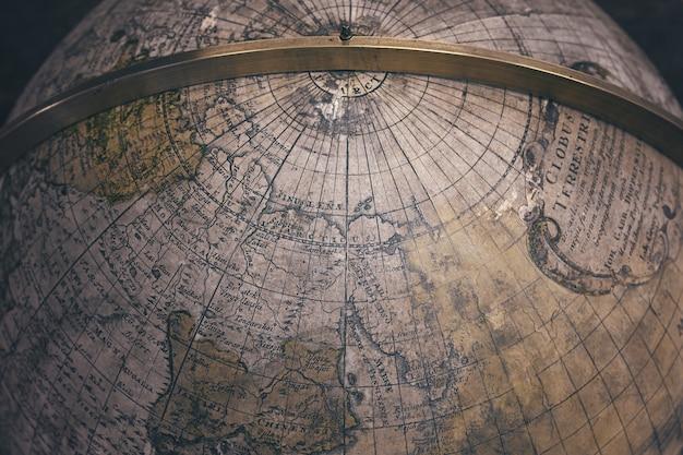 Крупным планом старая античная карта земного шара