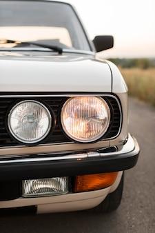 ヘッドライトが点灯しているクローズアップの古い車