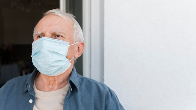 클로즈업 노인 마스크를 쓰고 프리미엄 사진