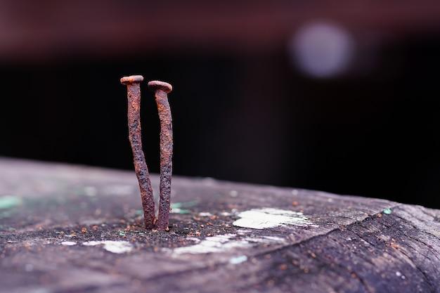 Крупным планом старый гвоздь на дереве