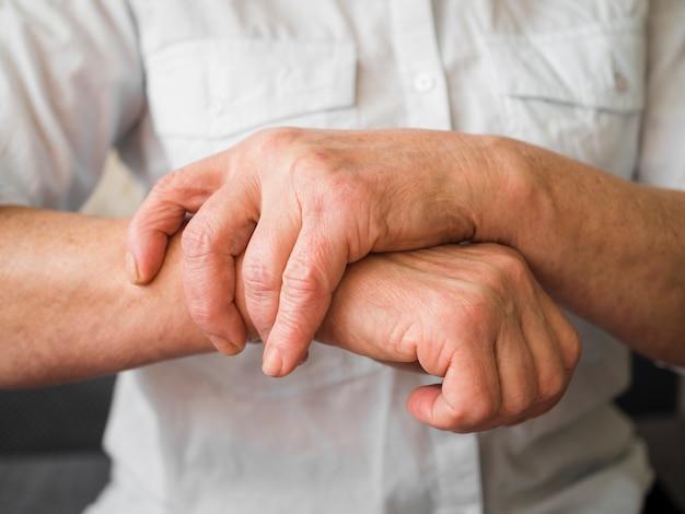 손목 문제가있는 클로즈업 노인 환자