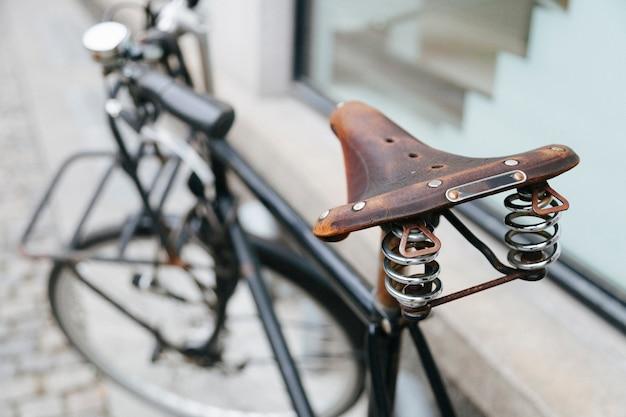 Primo piano della vecchia sede di bicicletta dell'annata