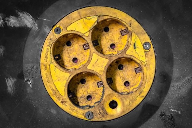 근접 오래 된 노란 전기 콘센트 휴대용