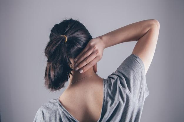 Крупный план руки женщины, массирующей шею