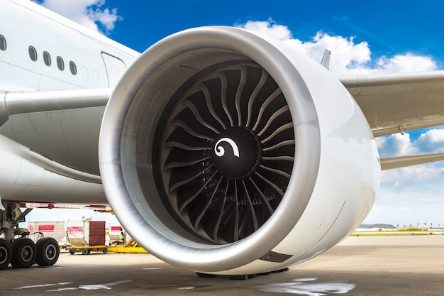 飛行機のエンジンにクローズアップ