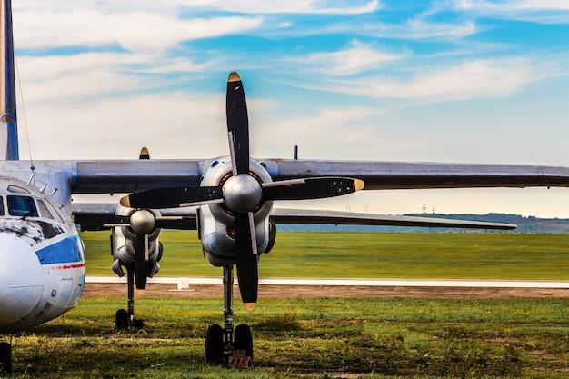 Крупным планом на крыло самолета с пропеллером